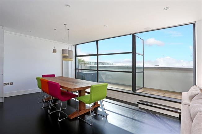Asking Price £620,000, 2 Bedroom Flat For Sale in Brentford, TW8