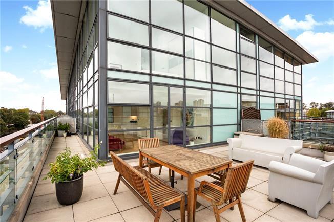 Asking Price £875,000, 2 Bedroom Flat For Sale in Brentford, TW8