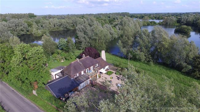 Guide Price £965,000, 4 Bedroom Detached House For Sale in Oaksey, SN16