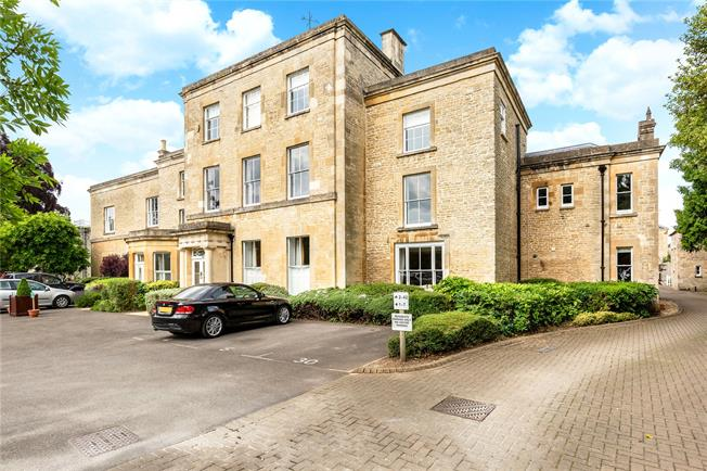 Guide Price £325,000, 2 Bedroom Flat For Sale in Cirencester, GL7
