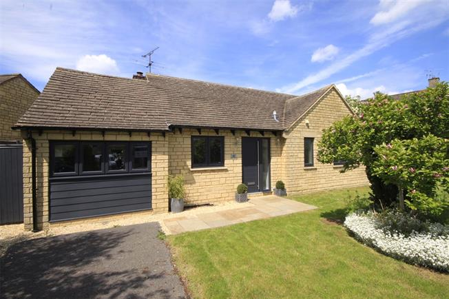 Guide Price £349,950, 2 Bedroom Bungalow For Sale in Cirencester, GL7