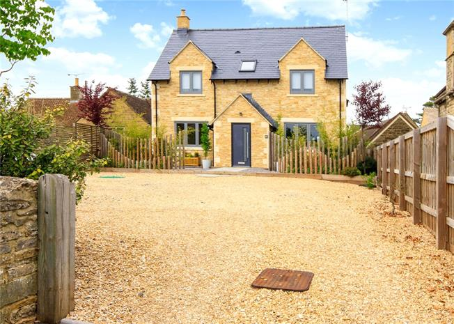 Guide Price £525,000, 3 Bedroom Detached House For Sale in Cirencester, GL7