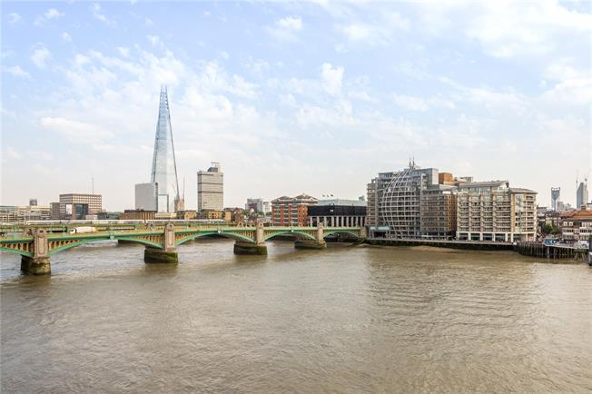 Asking Price £725,000, 2 Bedroom Flat For Sale in London, EC4V
