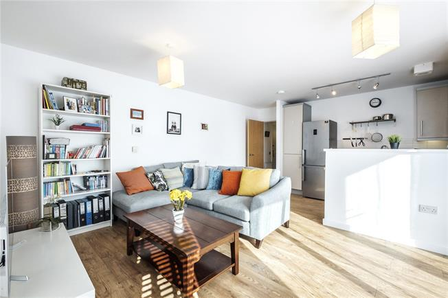 Guide Price £375,000, 1 Bedroom Flat For Sale in London, E1