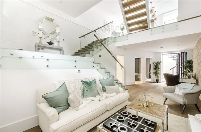 Asking Price £1,650,000, 4 Bedroom Mews House For Sale in London, SW4