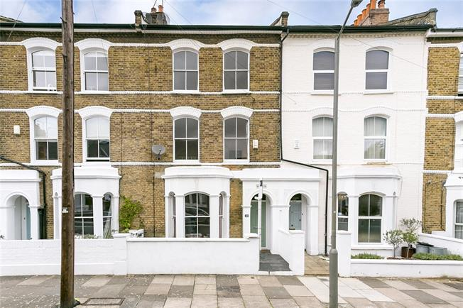Guide Price £850,000, 3 Bedroom Flat For Sale in London, SW11