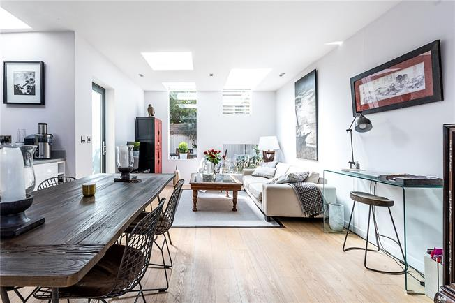 Guide Price £1,050,000, 3 Bedroom Flat For Sale in London, SW4