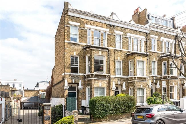 Offers in excess of £700,000, 3 Bedroom Flat For Sale in London, SW11