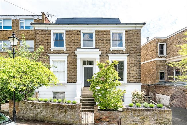 Offers in excess of £425,000, 1 Bedroom Flat For Sale in London, SW4