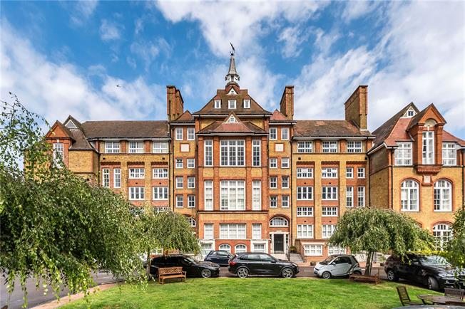 Asking Price £600,000, 2 Bedroom Flat For Sale in London, SW4