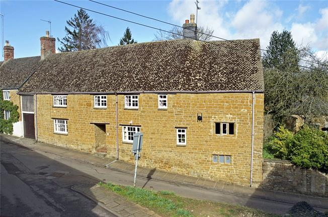 Guide Price £800,000, 5 Bedroom For Sale in Oxfordshire, OX15