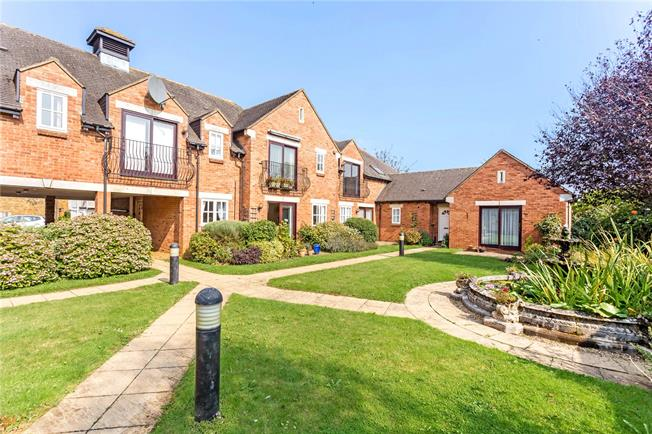 Guide Price £220,000, 2 Bedroom Flat For Sale in Deddington, OX15