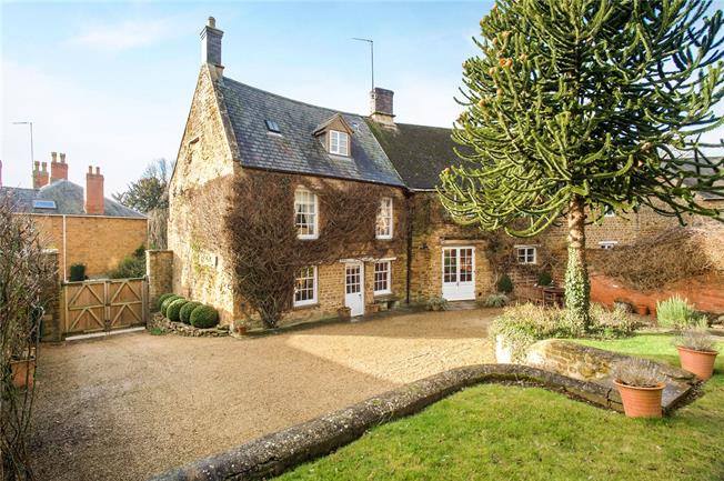 Guide Price £875,000, 5 Bedroom Semi Detached House For Sale in Bloxham, OX15