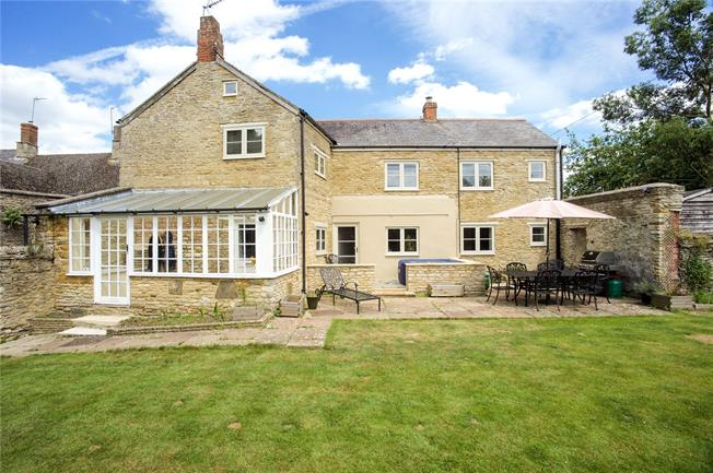 Guide Price £585,000, 4 Bedroom House For Sale in Aynho, OX17