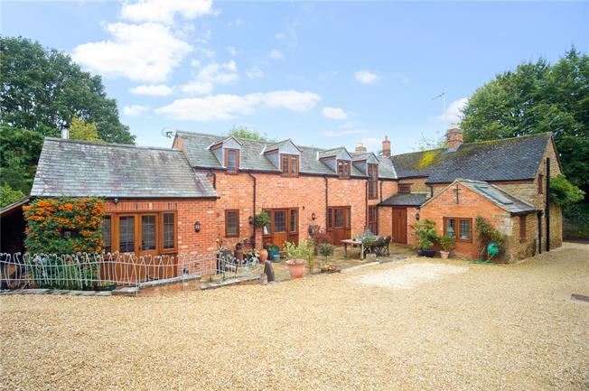 Guide Price £750,000, 4 Bedroom Detached House For Sale in Hook Norton, OX15