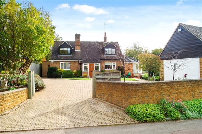 Guide Price £750,000, 4 Bedroom Detached House For Sale in Adderbury, OX17