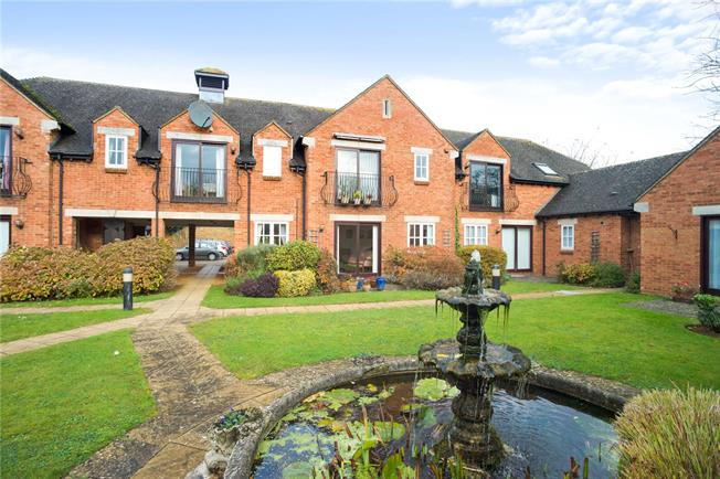 Guide Price £260,000, 2 Bedroom Flat For Sale in Banbury, Oxfordshire, OX15