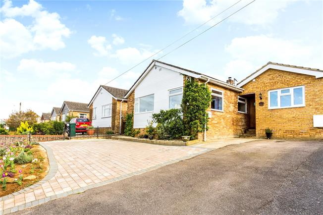 Guide Price £349,500, 4 Bedroom Bungalow For Sale in Hempton, OX15