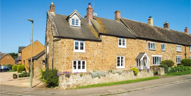 Guide Price £400,000, 4 Bedroom Terraced House For Sale in Bloxham, OX15