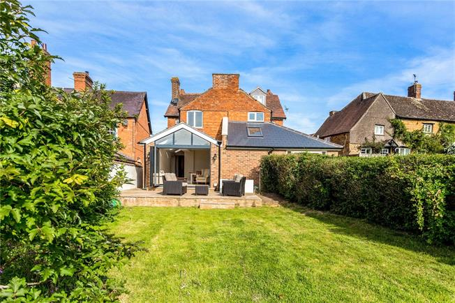 Guide Price £375,000, 2 Bedroom Semi Detached House For Sale in Oxfordshire, OX15