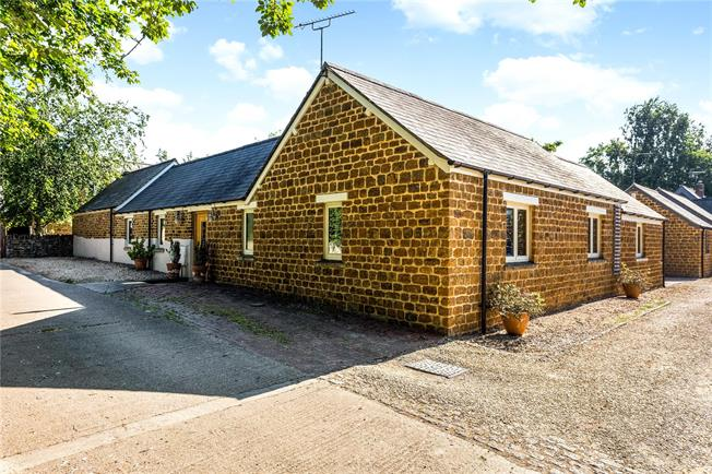 Guide Price £625,000, 3 Bedroom House For Sale in Deddington, Banbury, OX15