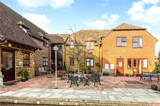 Asking Price £165,000, 2 Bedroom Flat For Sale in Deddington, OX15