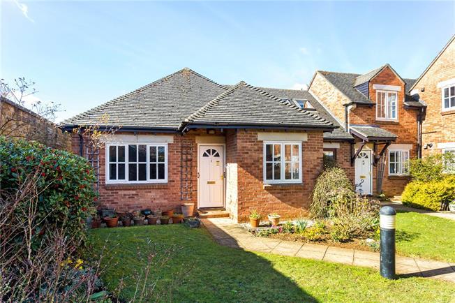 Guide Price £275,000, 2 Bedroom Bungalow For Sale in Deddington, OX15