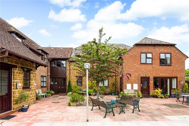 Guide Price £147,500, 1 Bedroom Flat For Sale in Banbury, Oxfordshire, OX15