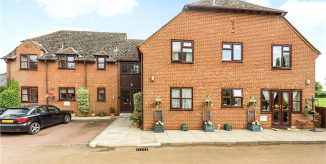 Guide Price £160,000, 2 Bedroom Flat For Sale in Banbury, Oxfordshire, OX15