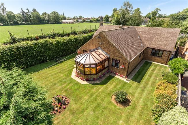 Guide Price £620,000, 4 Bedroom Bungalow For Sale in Banbury, Oxfordshire, OX15