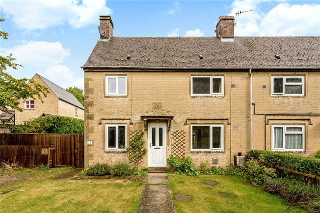 Guide Price £305,000, 2 Bedroom Semi Detached House For Sale in Bicester, Oxfordshire, OX25