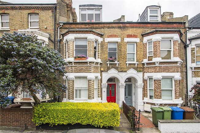 Offers in excess of £600,000, 3 Bedroom Flat For Sale in London, SE5