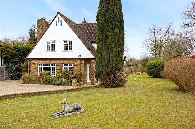 Guide Price £935,000, 4 Bedroom Detached House For Sale in Banstead, SM7