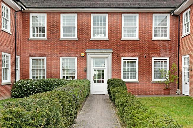 Guide Price £460,000, 3 Bedroom For Sale in Coulsdon, CR5
