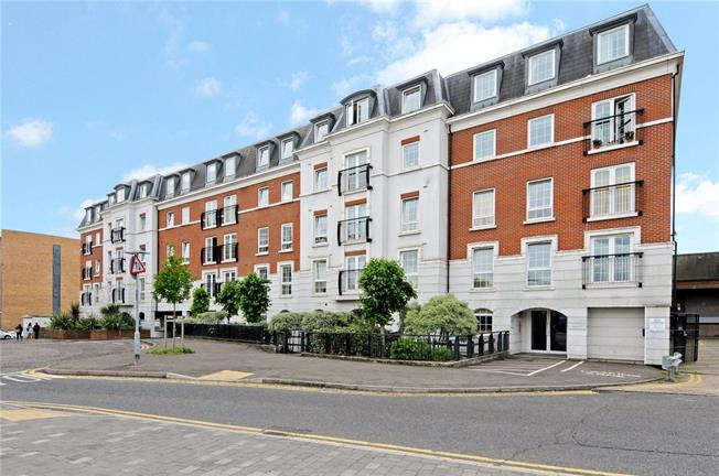 Guide Price £599,950, 2 Bedroom Flat For Sale in Epsom, KT19