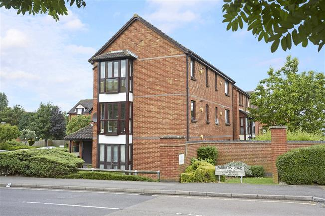 Guide Price £195,000, 1 Bedroom Flat For Sale in Surrey, KT17