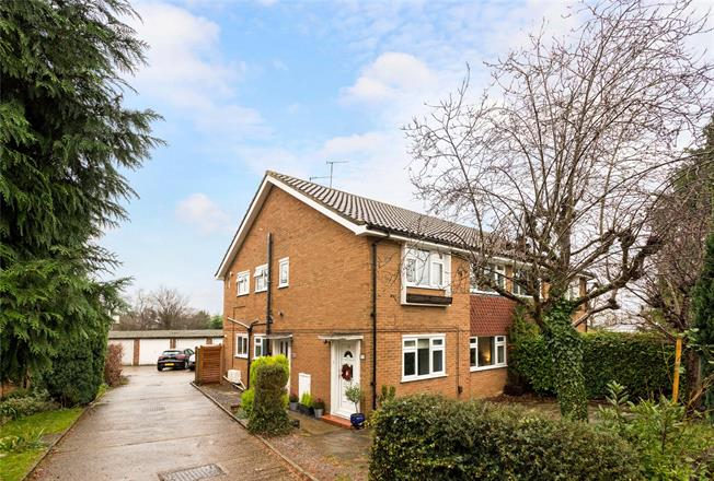 Guide Price £375,000, 2 Bedroom Flat For Sale in Surrey, KT18