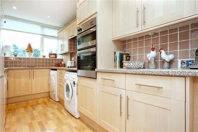 Guide Price £350,000, 2 Bedroom Flat For Sale in Epsom, KT18