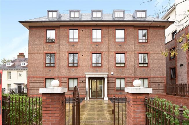 Asking Price £300,000, 2 Bedroom Flat For Sale in Epsom, KT18