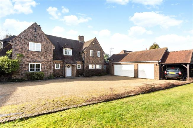 Asking Price £1,350,000, 5 Bedroom Detached House For Sale in Surrey, CR5