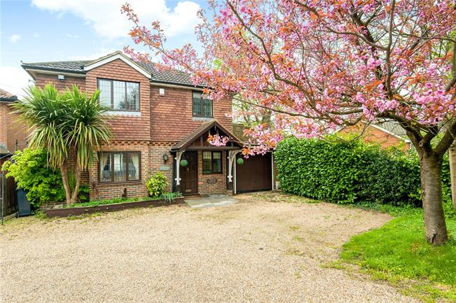 Guide Price £635,000, 3 Bedroom Detached House For Sale in Tadworth, KT20