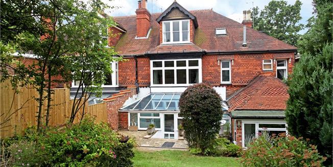 Guide Price £335,000, 2 Bedroom Flat For Sale in Dorking, Surrey, RH4