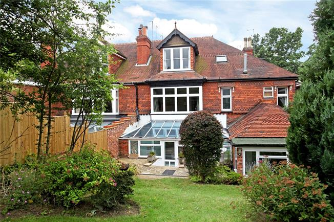 Guide Price £335,000, 2 Bedroom Flat For Sale in Dorking, Surrey, RH4