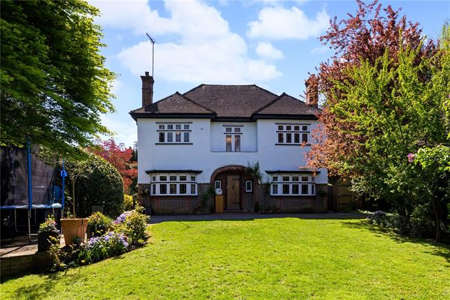 Guide Price £895,000, 5 Bedroom Detached House For Sale in Dorking, RH5