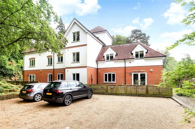 Guide Price £450,000, 3 Bedroom Flat For Sale in Dorking, RH4