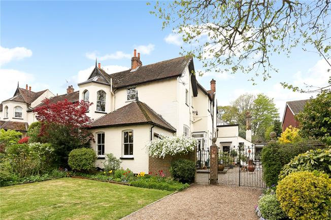 Guide Price £865,000, 3 Bedroom Town House For Sale in Fetcham, Leatherhead, KT22