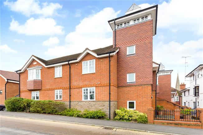 Guide Price £285,000, 2 Bedroom Flat For Sale in Dorking, RH4