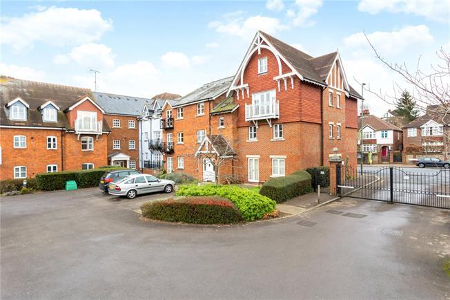 Guide Price £325,000, 2 Bedroom Flat For Sale in Dorking, RH4