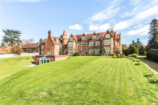 Guide Price £395,000, 2 Bedroom Flat For Sale in Dorking, Surrey, RH5