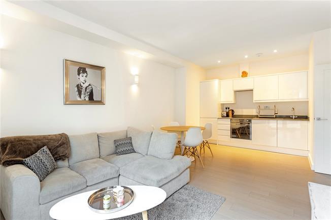 Guide Price £285,000, 2 Bedroom Flat For Sale in Dorking, RH4